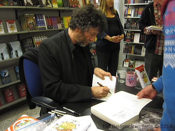Mr Gaiman signing books at Outland, Oslo.